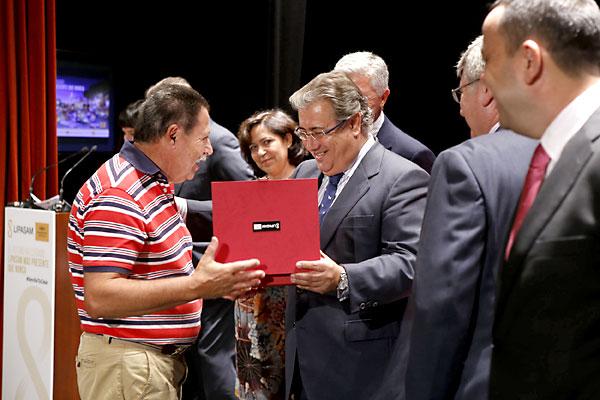 El alcalde entrega a otro de los operarios jubilados un reconocimiento por su labor . / Pepo Herrera