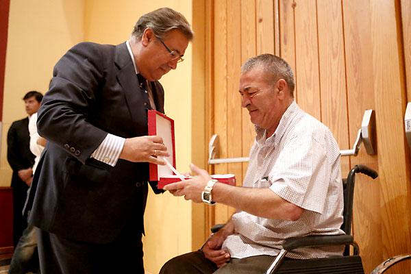 El alcalde entrega a uno de los operarios jubilados un reconocimiento por su labor en Lipasam. / Pepo Herrera