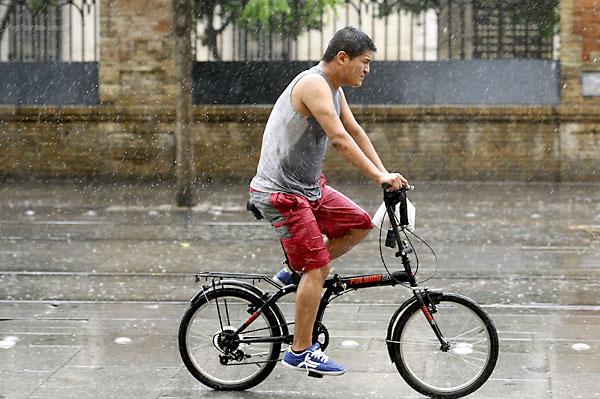 Un hombre pasea en bicicleta por Sevilla este domingo. EFE/Raúl Caro