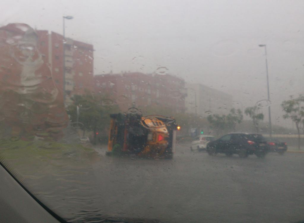 La lluvia y el viento han provocado el vuelco de un camión de Lipasam. Foto: José Luis Hernández (@joseliqui en Twitter)