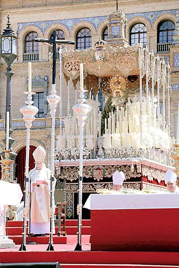 El arzobispo de Sevilla, Juan José Asenjo, ofició la misa estacional ante la imagen de la Esperanza. / José Luis Montero