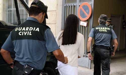 Sara L.H., acusada de matar y congelar en su casa de Pilas en Sevilla a dos bebés recién nacidos, a su llegada hoy a la Audiencia Provincial. Foto: EFE