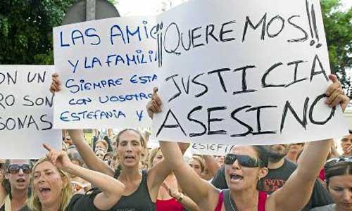 Manifestación contra el asesinato de una mujer y su hijo en Málaga el año pasado. / Jorge Zapata (EFE)