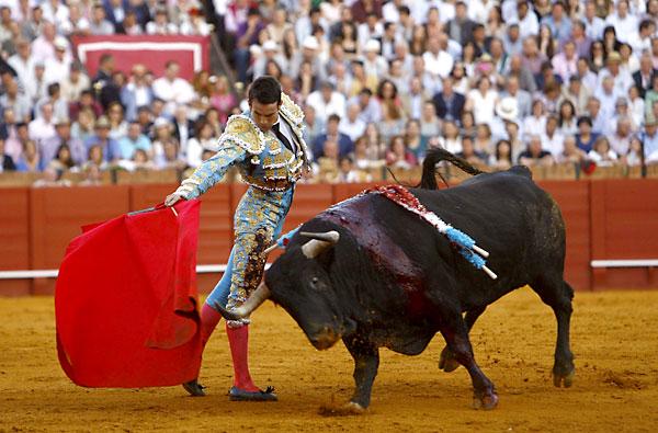 El diestro José Mari Manzanares torea con la muleta este viernes en Valladolid. / EFE