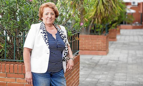 La presidenta vecinal de Santa Genoveva-Tiro de Línea, María Luisa Pérez, posa en la plaza Alcalde Horacio Hermoso que está afectada por la arboleda. / Foto: Carlos Hernández