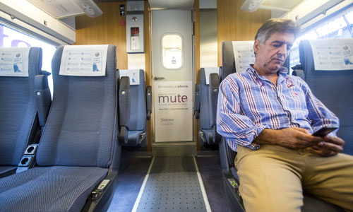 Todos los AVE Sevilla-Madrid cuentan con un vagón silencioso donde no acceden niños, no se puede hablar por el móvil y hay que silenciar los aparatos. / Foto: Carlos Hernández