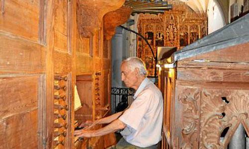 Juan Ramón Gallardo Soriano, párroco y organista, tocando en uno de los órganos neoclásico de San Juan. / Foto: Miriam Barroeta