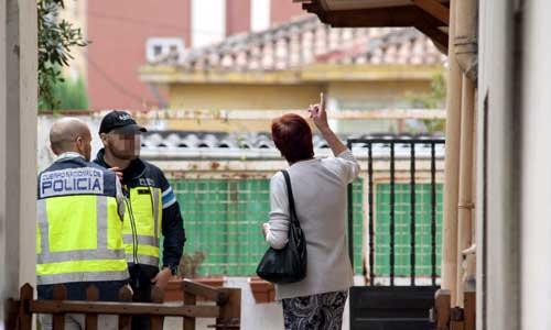 Agentes de la Policía Nacional al término del registro de un inmieble de la calle la bajada de San Juan en Santander, donde esta madrugada ha sido detenido el presunto pedrasta de Madrid. EFE