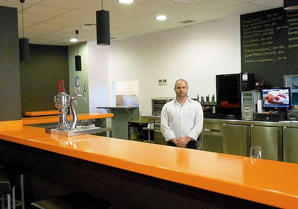 Pedro Oliva, propietario del negocio que abrió de nuevo sus puertas el pasado 15 de septiembre tras una remodelación.   / J.C.