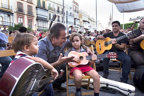 Pepe de Lucía entre dos de los más jóvenes guitarristas que en la tarde de ayer se dieron cita en la plaza de San Francisco. / Foto: Pepo Herrera