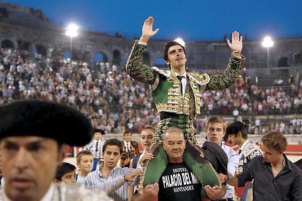 Miguel Ángel Perera sale a hombros porla Puerta de los Cónsules. / EFE