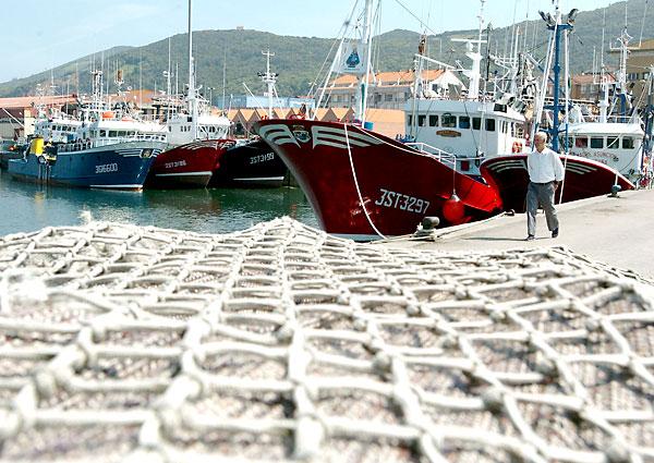 Pesqueros amarrados en puerto. / EFE