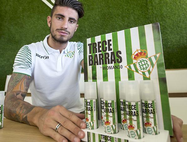 El reciente fichaje del Real Betis Cristiano Piccini posa con el nuevo perfume del conjunto verdiblanco. / J. Corchero