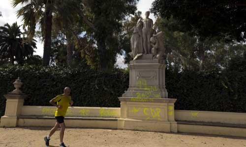 La escultura de la alegoría del Genio apareció cubierta depintadas unos días después de su restauración. Foto: J.M. Paisano