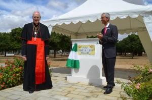 El cardenal Amigo Vallejo destapó una placa con su nombre en el parque del V Centenario.