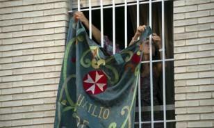 Colgaduras cedidas por la hermandad de la Amargura embellecerán el sábado las calles del Porvenir. Foto: J.M. Paisano