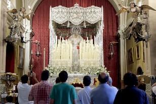 Preparativos previo a la salidad de la Virgen de La Paz. / José Luis Montero