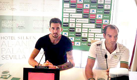 Rennella, a la izquierda de la imagen, defendió la labor de Velázquez al frente del Betis. / Foto: Dani Fernández.