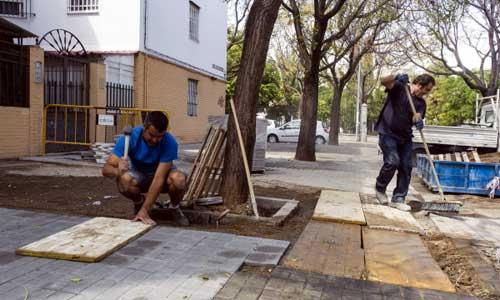 """Los vecinos lamentan que se """"parcheen"""" las calles y no se acometa un plan de renovación del arbolado en la barriada de Santa Genoveva. Foto: Carlos Hernández"""