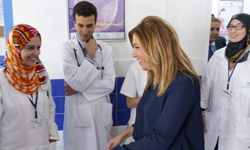 La presidenta andaluza, Susana Díaz, saluda a médicos y enfermeras durante su visita al centro de salud de atención materno-infantil en la provincia de Tetuán. / Foto: Julio Muñoz (Efe)