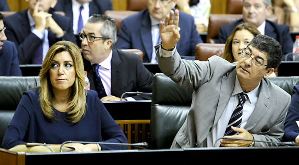 La presidenta de la Junta, Susana Díaz, junto al vicepresidente, Diego Valderas, este jueves, en el Parlamento. / Raúl Caro