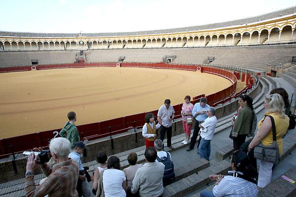 Turistas visitando la Maestranza, que abre este fin de semana y cerrará su temporada el próximo 12 de octubre. / Antonio Acedo