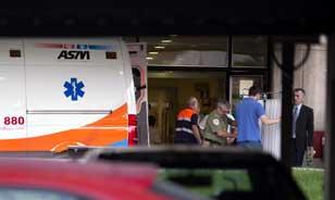 El padre del niño británico de 5 años Ashya King que sufre un tumor cerebral, Brent King (d), tras ver como su hijo es introducido en una ambulancia a las puertas del Hospital Materno Infantil de Málaga. Foto: EFE