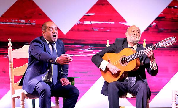 Juanito Villar hijo, junto a Niño Jero en un momento de su actuación. / Antonio Acedo