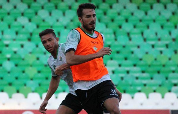 Xavi Torres, en un entrenamiento en el estadio.