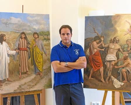 Berzosa posa en su taller de Málaga junto a algunas de sus obras más recientes, relacionadas mayoritariamente con el arte sacro.