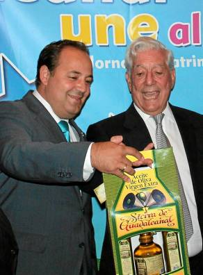 El alcalde obsequió a Vargas Llosa con aceite de oliva de Guadalcanal. / El Correo