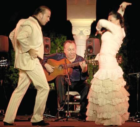 El veteranoPaco Cepero, marcándose unas sevillanas que bailaron Juan Tejero e Irene Carrasco. / Antonio Acedo