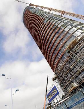 La torre Pelli, ya casi acabada, sigue generando polémicas. / J.L.Montero