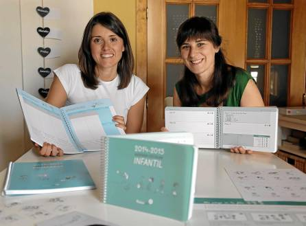 Margarita Coto, psicopedagoga y colaboradora, y Laura Escudero, fundadora de Muñecopalo. / Jose Luis Montero.