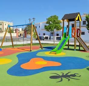 El caucho continuo se ha instalado en los parques infantiles de la localidad.