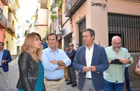 El portavoz socialista del Ayuntamiento de Sevilla, Juan Espadas, se reunió ayer con los vecinos de la Alfalfa