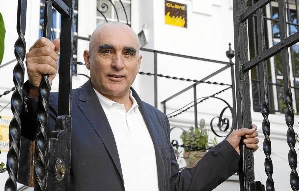 Juan Requejo, propietario y director gerente de AT Clave, en la puerta de su sede en la calle Progreso de Sevilla. / PEPO HERRERA