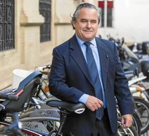 Francisco Mesonero vive en Sevilla aunque es viajero constante. / CARLOS HERNÁNDEZ