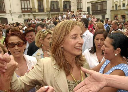 La exalcaldesa de Jerez, Pilar Sánchez, recibe el apoyo de los simpatizantes tras un pleno municipal en 2003. / EFE