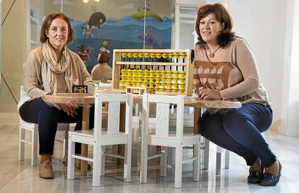 Teresa Paniagua y María Jesús Benítez, entre ábacos. / Pepo Herrera