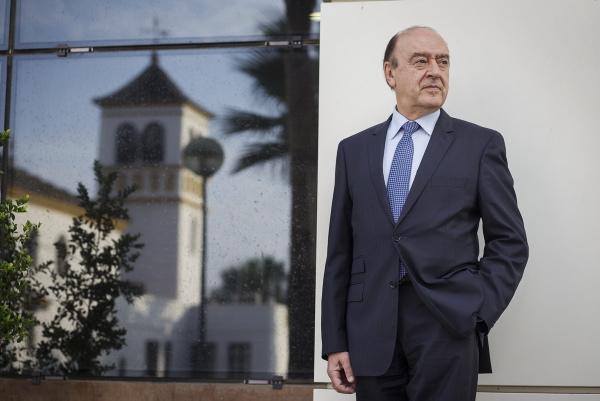 Julio Lage posa frente al Cortijo de la Gota de Leche, sede del grupo empresarial sevillano Morera & Vallejo, propietario de este periódico. / Pepo Herrera