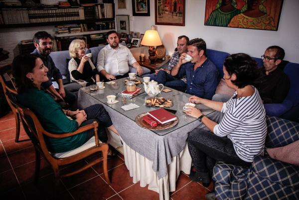 Jordi Évole y Oriol Junqueras compartieron toda una jornada con seis miembros de la familia de Eugenia Parejo (sentada junto al líder catalán) en su casa de Gines. / David Cabrera