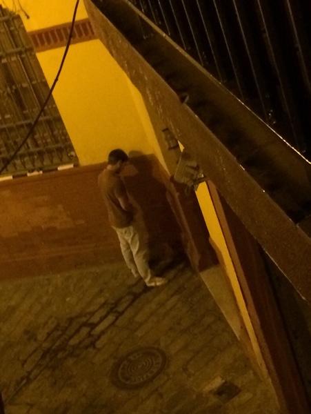 En las calles de la zona la gente orina en esquinas y portales de bloques. / El Correo