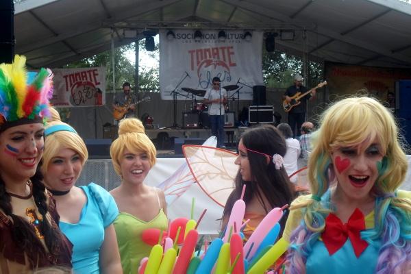 Un grupo de animadoras disfrazadas de personajes de cuento repartían globos mientras tocaba el grupo Los Emblusteros