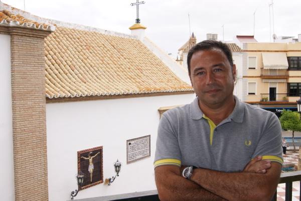 El alcalde de Mairena del Alcor, Ricardo Sánchez, en el balcón del Ayuntamiento mairenero. / E.G.