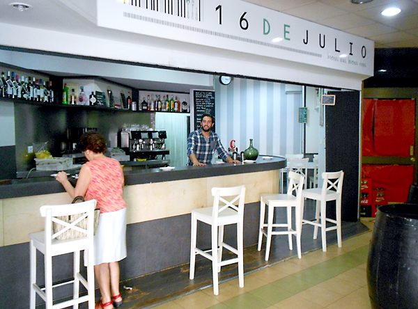 El bar 16 de Julio, que abrió en septiembre de 2011, se encuentra en la galería Los Caños. / J.C.