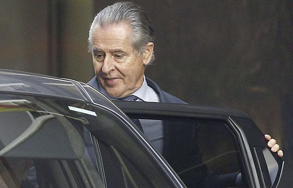 El expresidente de Caja Madrid Miguel Blesa entra en un coche a su salida de la Audiencia Nacional. / EFE