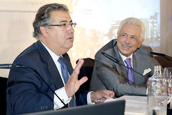 El alcalde de Sevilla, Juan Ignacio Zoido, y Antonio Morera durante la clausura.. / Foto: J.L. Montero