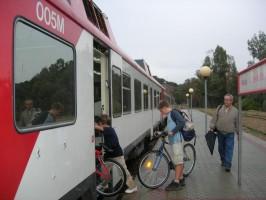 Un grupo de usuarios sube con sus bicis a un vagón del Cercanías.