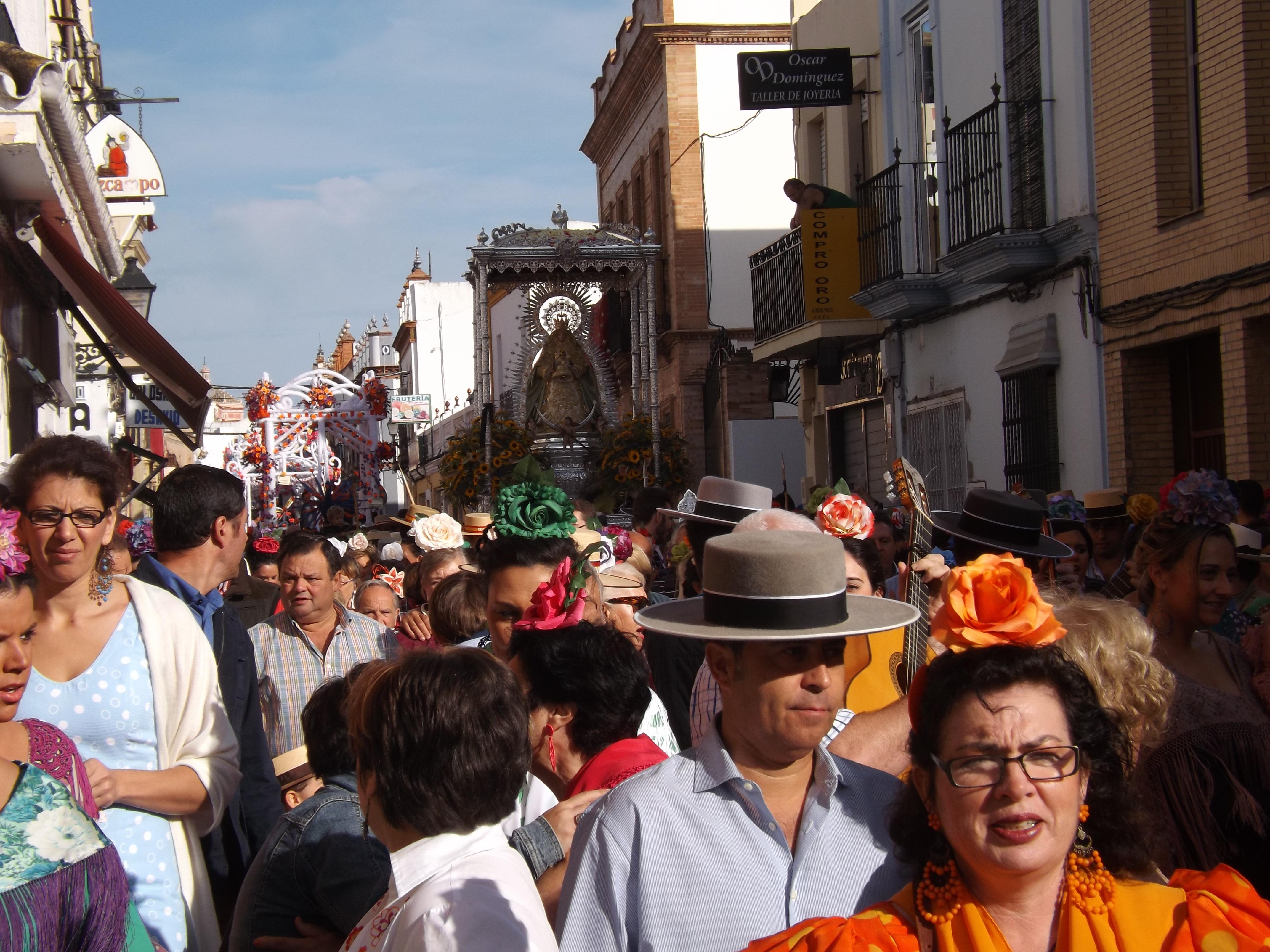 La Virgen de Cuatrovitas a su salida del pueblo y acompañada de las carretas de pique.
